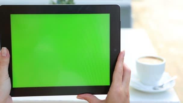 videozáznam tabletový počítač s zelenou obrazovkou v pouliční kavárně. letní čas