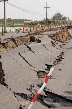 Çatlak asfalt yol