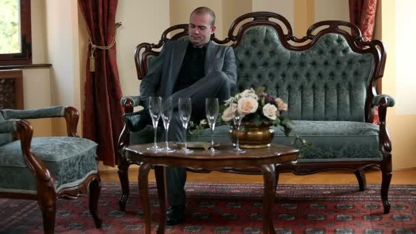 ein Geschäftsmann wartet in einem altmodischen Luxusrestaurant auf andere