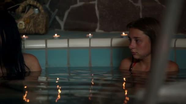 Paar in einem Whirlpool