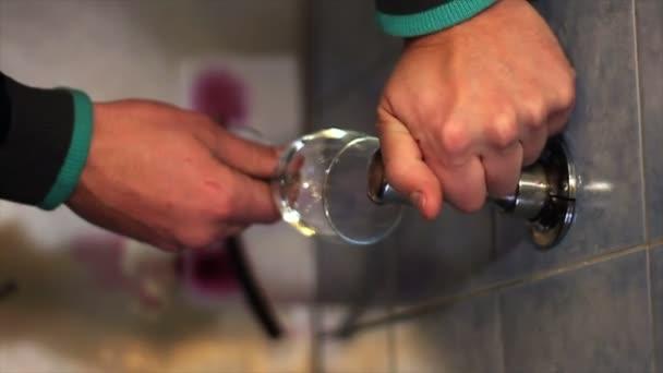 Zblízka střílel mužská ruka nalévání červeného vína ve skle