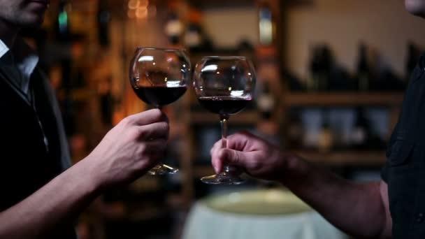 opékání a degustace vína ve vinném sklípku