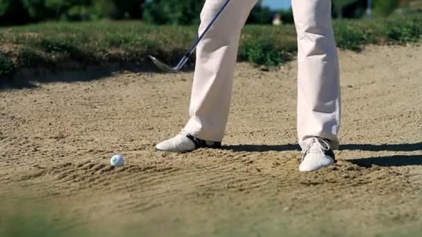 zastřelil muž golfista na písku golfovém hřišti procvičování hity