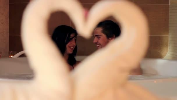 colpo di una coppia attraverso un cuore fatto di asciugamano
