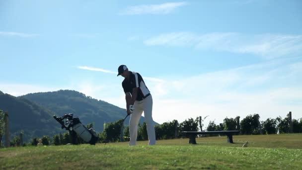 snímek pár přichází do golfové hřiště vozí veškeré golfové vybavení a příprava na hity