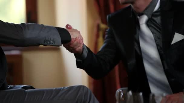 Zavřít dva obchodní člověka potřesení rukou