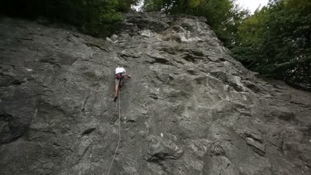 mladí lezení v přírodě na přírodní kámen