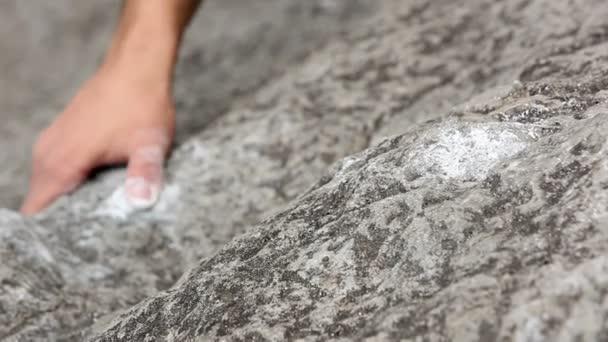 Detailní záběr rukou muže skalního lezení