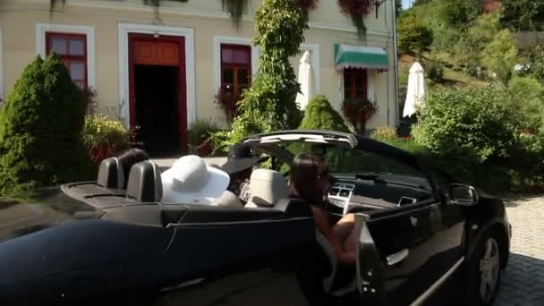 Lövés egy négy girlfrieds kiszállt a kocsiból, és megy a csokoládé üzlet