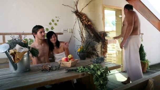 několik lidí do sauny