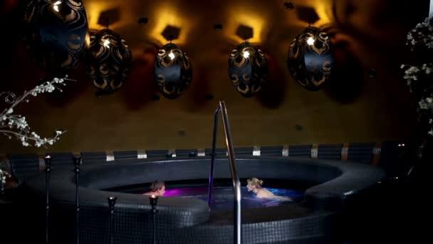 sexy Frau im Whirlpool