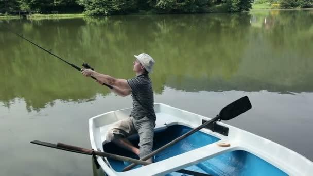 mladý muž na rybářské lodi v krásné přírodě