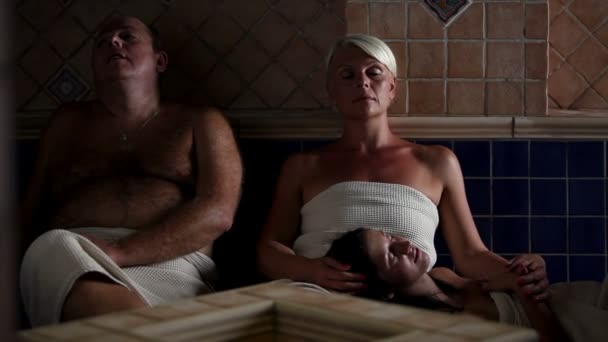 rodina relaxaci v sauně