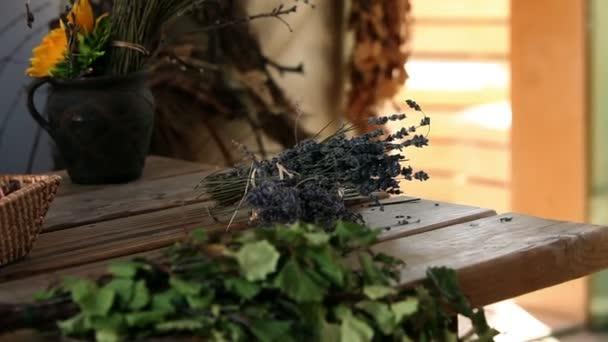 Hand des Mannes berührt Tisch mit Lavendel