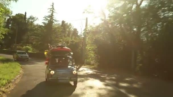 rodina jízdy přes krásnou krajinu, zatímco slunce svítí