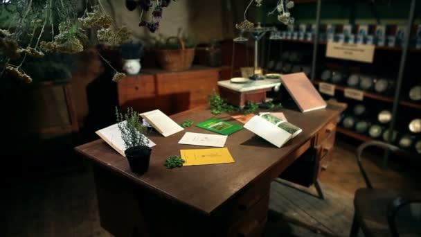 muž s knihou v staré úřadu pro sušení bylinek
