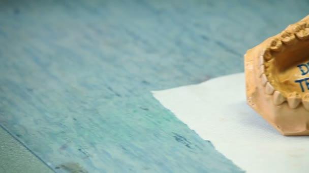 Zahnarzt schreiben Sie Text auf Artificials Zahnfleisch