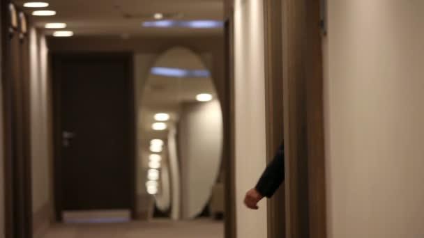 shot z pár symphatic v luxusní hotelové hale