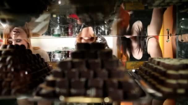 záběr čokoládové pralinky v shocase