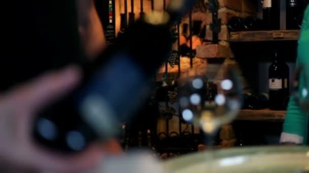 mladá krásná žena, pití vína ve vinném sklípku