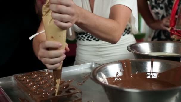 zblízka výrobu čokoládových cukrovinek