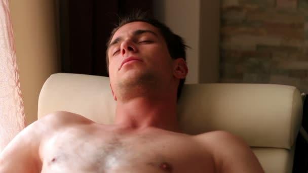 mladý muž relaxační