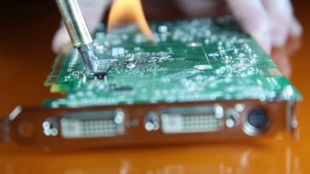 záběr muže oprava grafické karty