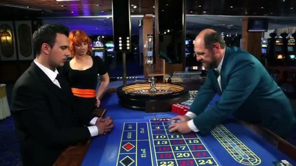 giovane coppia giocare roulette nel casinò