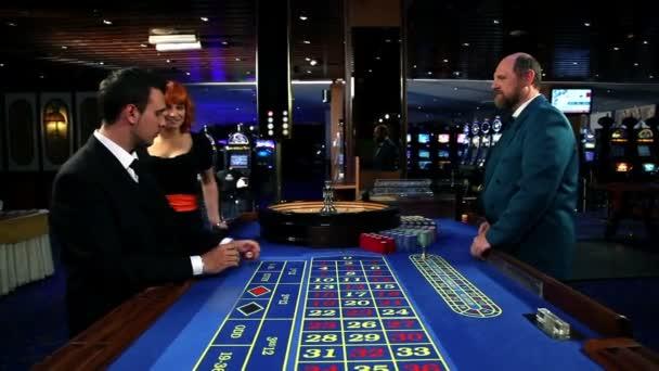 Žena se blíží muž, který je hazard