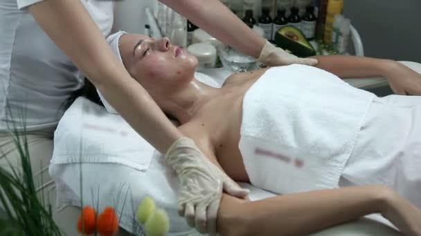 mladá žena s beuaty masáž do lázní