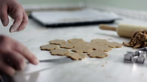 zblízka střílel z rukou člověka, které jsou na těsto pro soubory cookie
