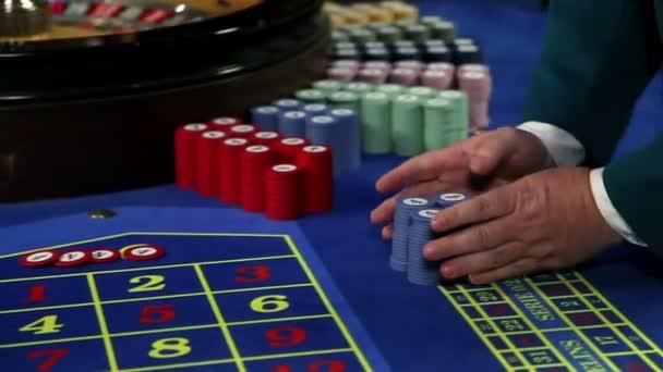 giovane coppia vincente al tavolo della roulette