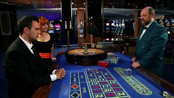operaio casinò dando la fiches vincente per un giocatore dazzardo e la sua amante