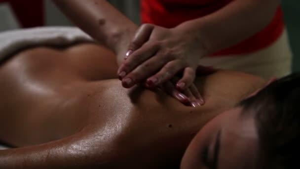 giovane donna con un sensuale massaggio alla schiena in un centro benessere bellezza