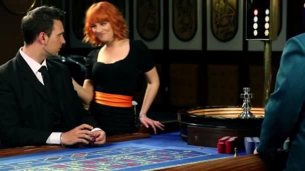 mladá dvojice roluette v kasinu