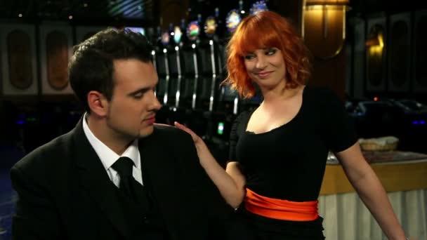 mladá a atraktivní pár hraní a zvítězil projekt autorského rulety v kasinu