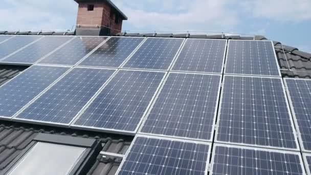 Panorama snímek z vrtulníku, představující průmyslové části malého města s střechy pokryté solární elektrárny