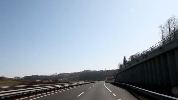 jízdu na silnici a pozorovat nádhernou krajinu