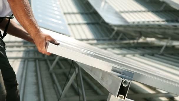 Muž pracující na solární moduly