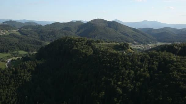 Panorama snímek z vrtulníku, představující kopce pokryté zelený Les
