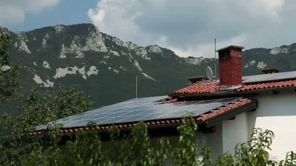 záběr solárních panelů na střeše