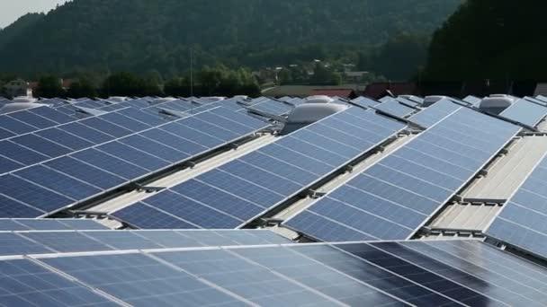 několik solárních panelů