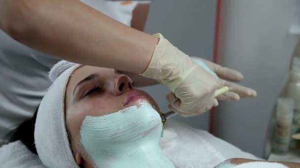 Frau mit einer Gesichtsmaske im Beauty spa