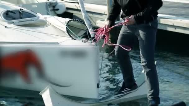 zblízka střílel námořník na plachetnici se připravovat na soutěž