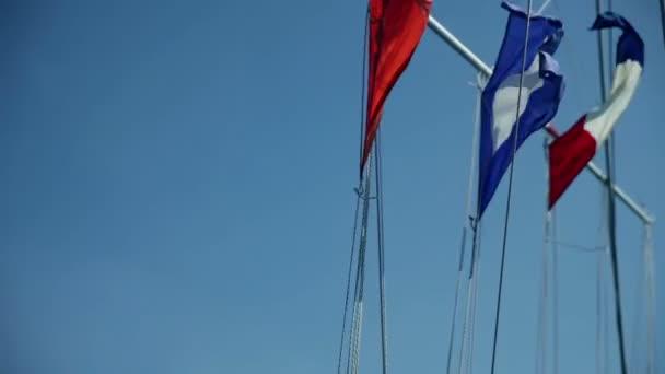 vlajky na plachetnici na větrném počasí