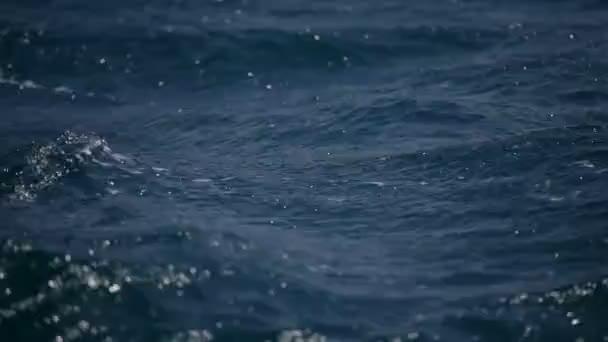 nebezpečné zvlněné moře