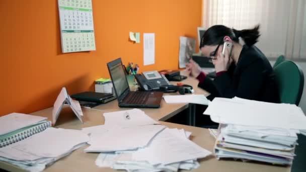 ženy v úřadu na telefonu vyhledávání dokumentů