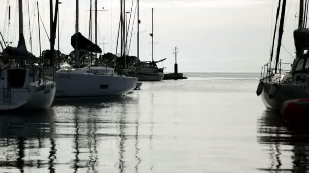 západ slunce v přístav plný plachetnic
