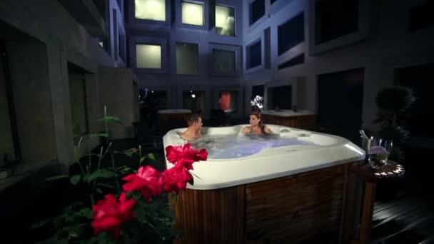 Reizvolles Paar im Whirlpool