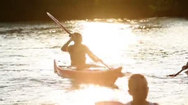 mladí lidé pomalu kanoistika v jezeře